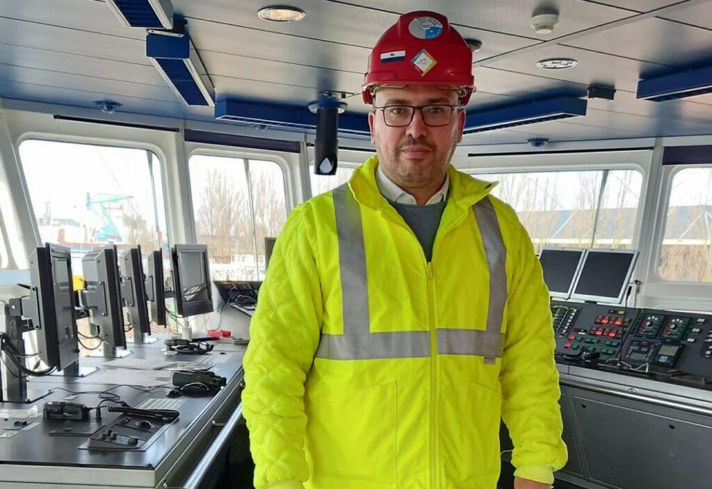 Ibrahim Bakouri stuurt het team van Cleaning Masters aan dat gespecialiseerd is in de kanaal reiniging op boten.