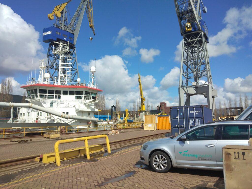 L'équipe de Cleaning Masters voyagent le monde pour faire le nettoyage de conduits sur des bateaux.