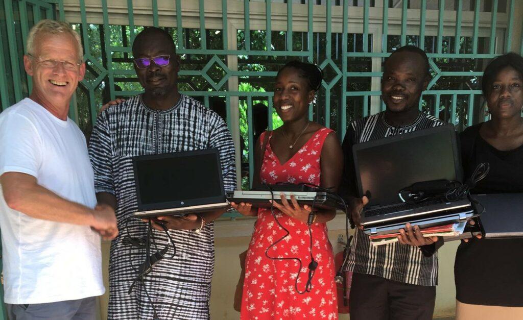 Multi Masters Group schenkt laptops aan de vzw Terre au féminin. Dankzij deze schenking leren vrouwen in een dorpje in Burkina Faso hun eigen groenten telen. Dit is een van de vele voorbeelden van maatschappelijk verantwoord ondernemen bij Multi Masters Group.