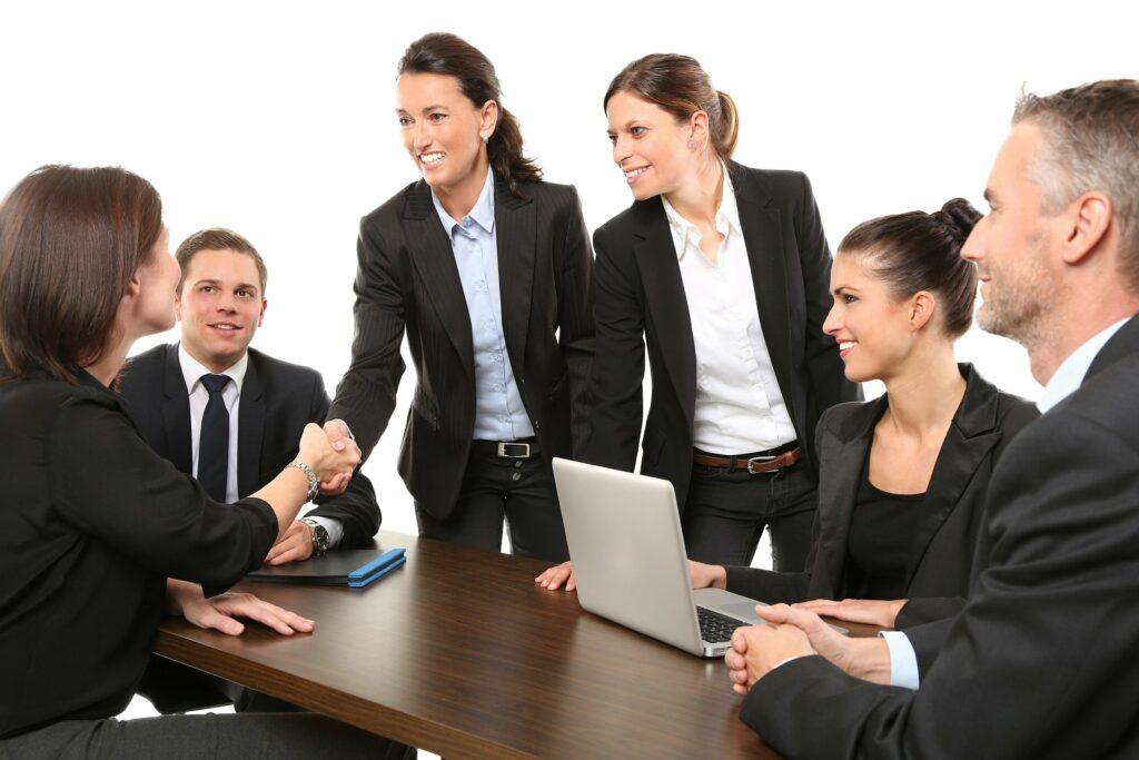 Bedrijven staan voor een belangrijke beslissing: iedereen terug naar kantoor of telewerken blijven promoten? Deze beslissing heeft ook invloed op de samenwerking met je facilitaire partner.