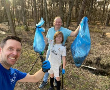 Voorzitter Nicolas de Schutter (boven) en Thomas De Groote (links) van River Cleanup trokken er samen op uit om zwerfvuil te rapen in het kader van de River Cleanup Challenge.