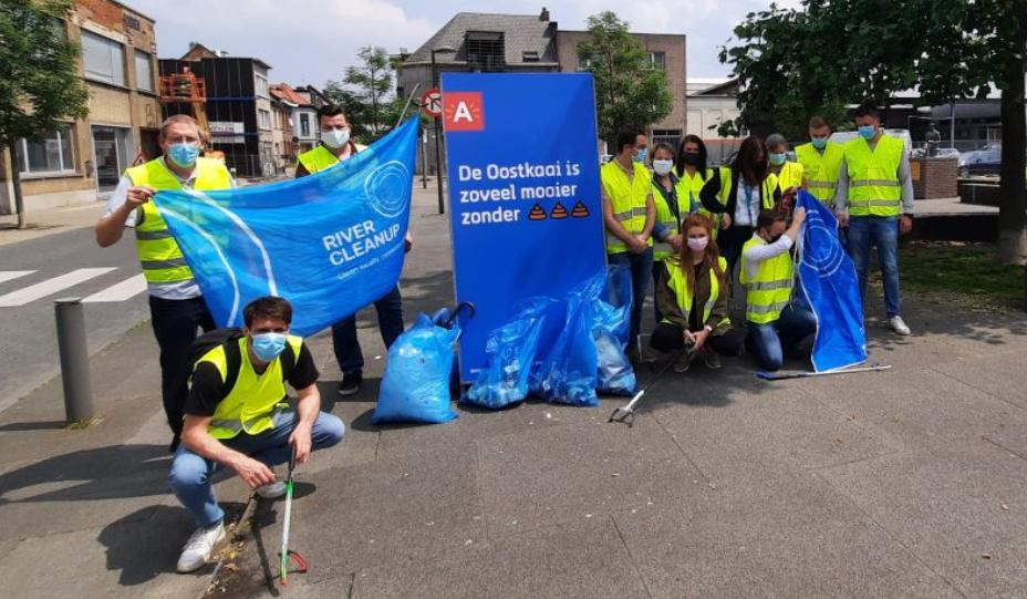 Het commerciële team van Multi Masters Group verzamelt zwerfvuil ter gelegenheid van River Cleanup World.