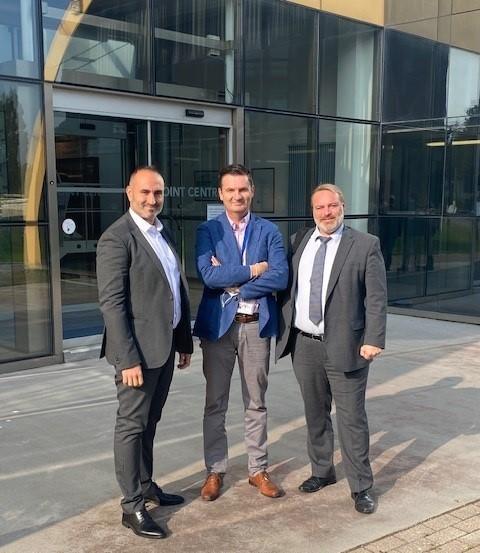 Filip Pellens van Security Masters samen met Daniel Perreira (links) en Grégory Lecorche van Samsic bij Luchthaven Charleroi.